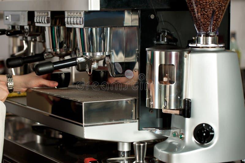 Barista prepara el café express imágenes de archivo libres de regalías