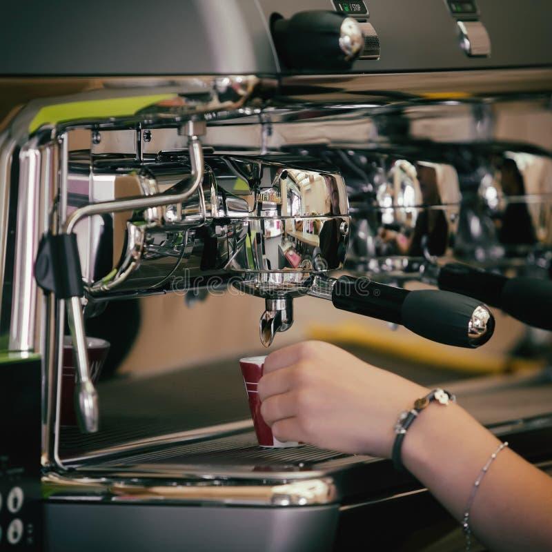 Barista prepara o café em seu coffeeshop; close-up foto de stock