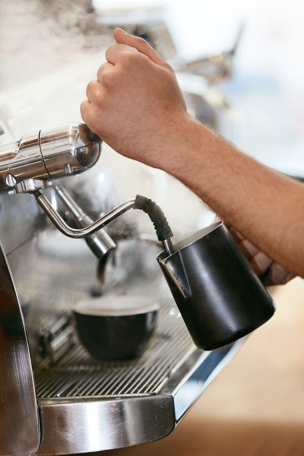 Barista Preparing Coffee On kaffemaskin arkivbild