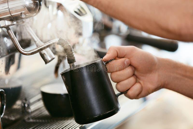 Barista Preparing Coffee On kaffemaskin arkivbilder
