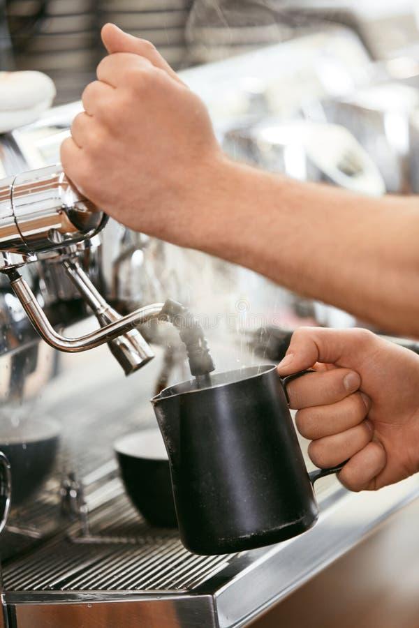 Barista Preparing Coffee On kaffemaskin royaltyfri bild