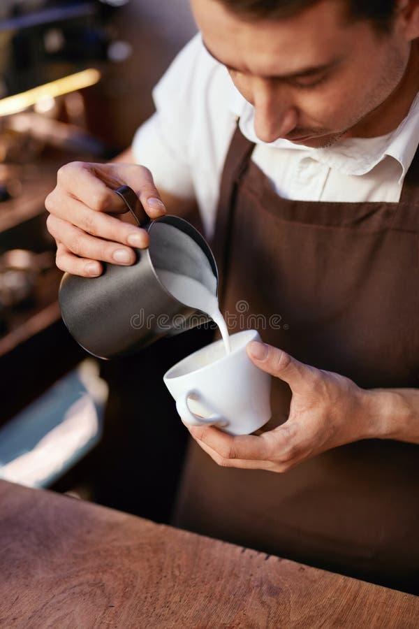 Barista Preparing Coffee In kopp på kafét arkivbild