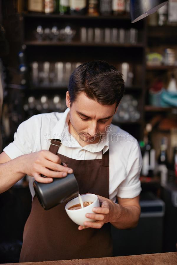 Barista Preparing Coffee In kopp på kafét arkivbilder