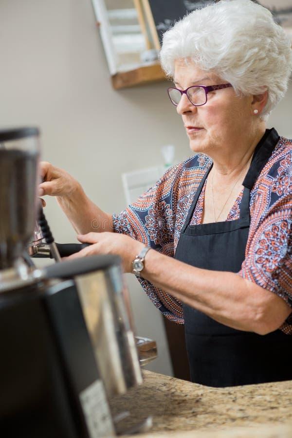 Barista Preparing Espresso en café imágenes de archivo libres de regalías