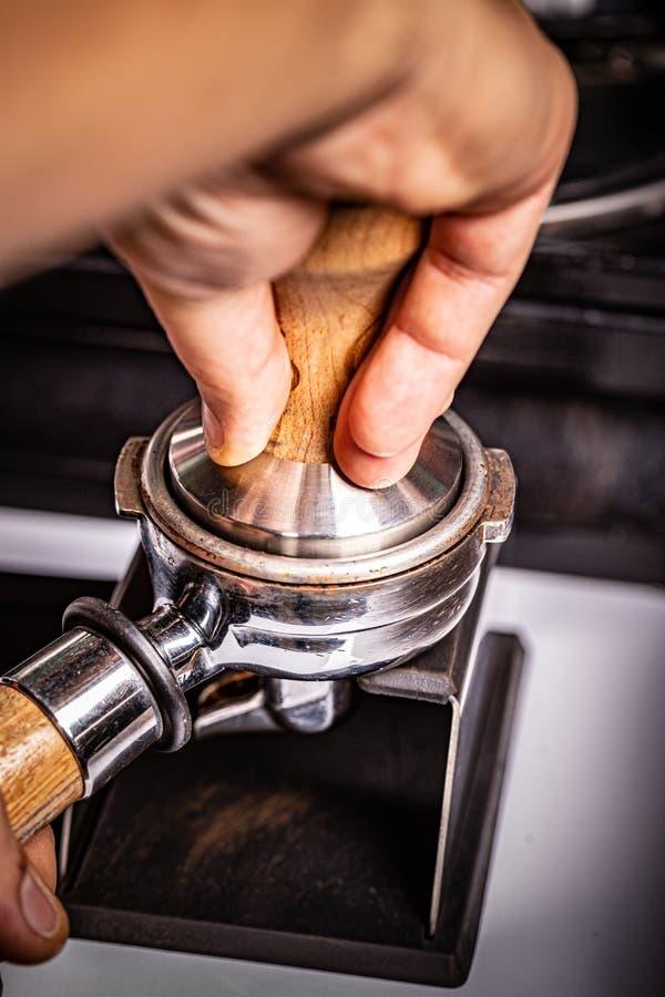 Barista presse du café moulu photographie stock libre de droits