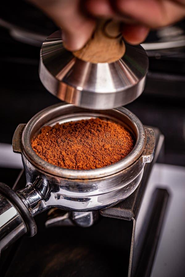 Barista presse du café moulu photos stock
