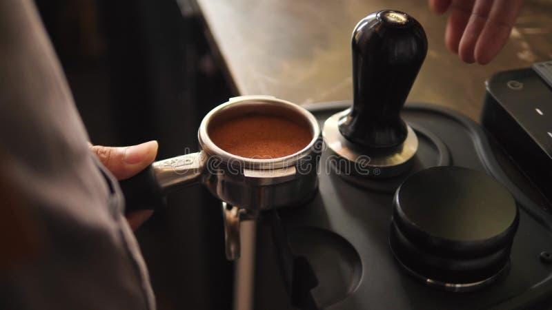 Barista Pressing Down Coffee bönor Process av att göra nytt kaffe på den yrkesmässiga maskinen 4K som är slowmotion lager videofilmer