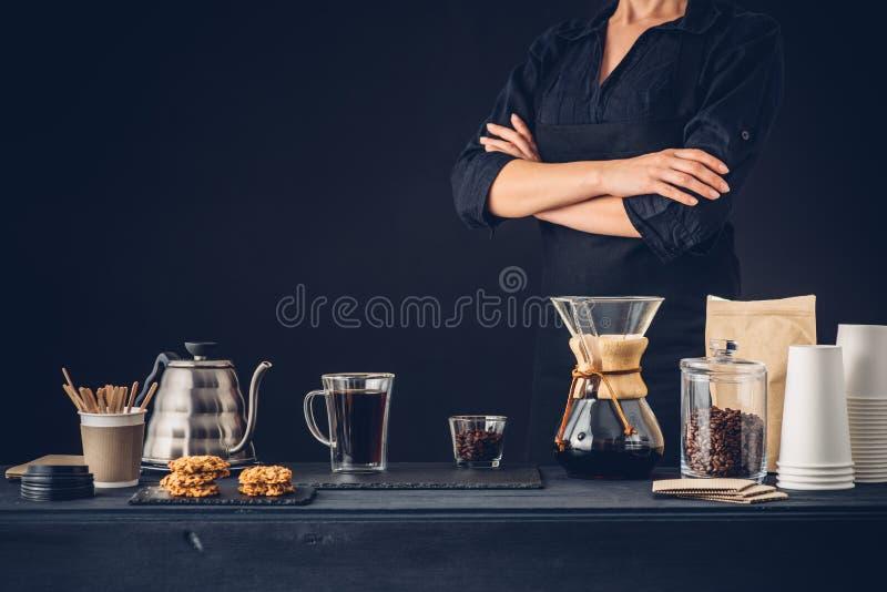 Barista profesional que prepara el café imagenes de archivo