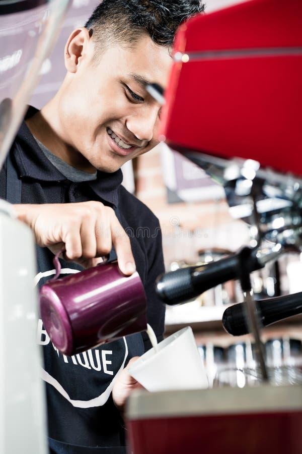 Barista profissional asiático que faz o café fotos de stock royalty free