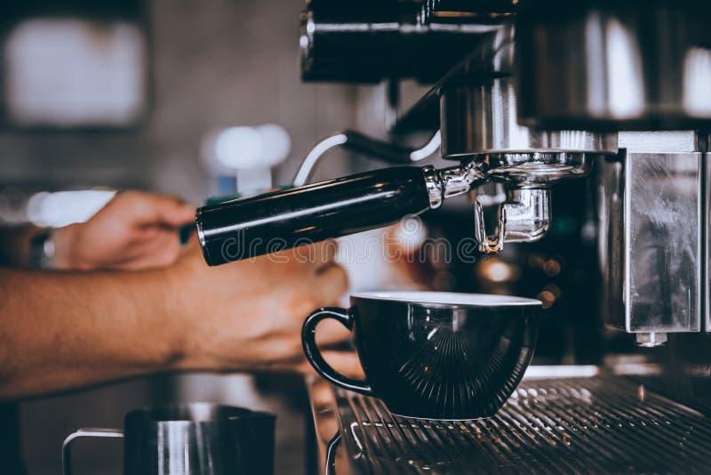 Barista profissional que faz o caf? fresco do caf? com a m?quina na cafetaria ou no caf? fotografia de stock