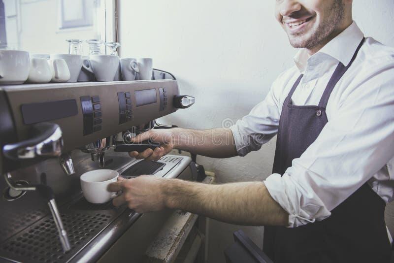 Barista przygotowywa świeżą kawę przy sklep z kawą zdjęcie royalty free