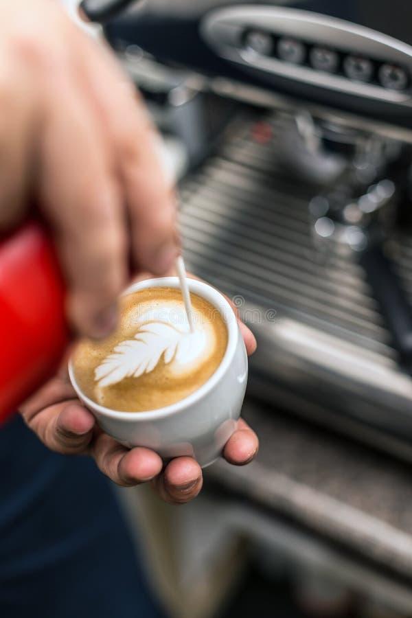 Barista que crea arte del latte foto de archivo