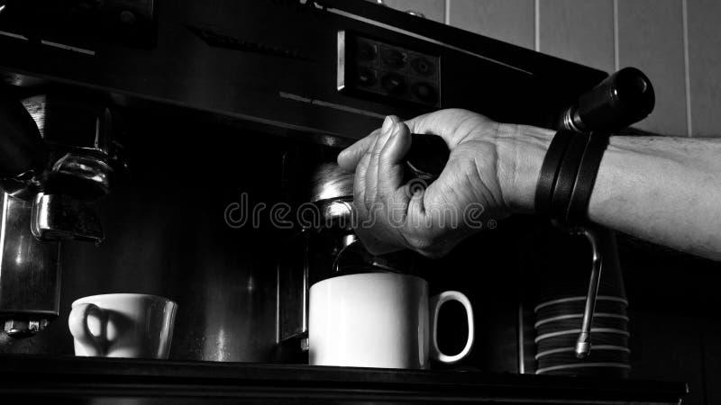Barista que faz o café fotografia de stock royalty free
