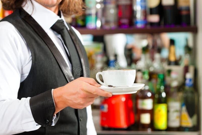 Barista que faz o cappuccino em seu coffeeshop foto de stock