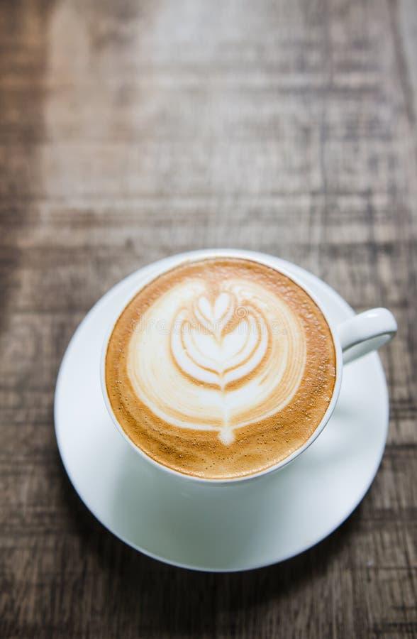 Barista que faz uma imagem macia do foco da xícara de café imagens de stock