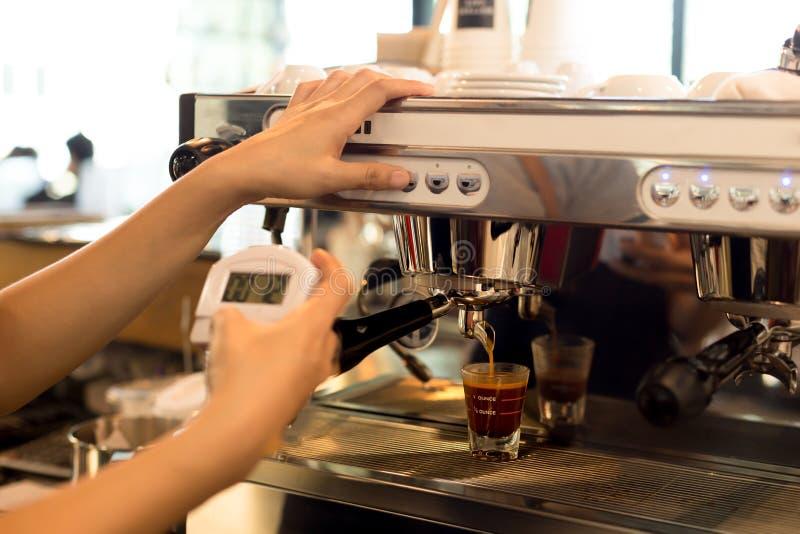 Barista que hacía el café express fresco tiró de la máquina y del stopw del café fotos de archivo