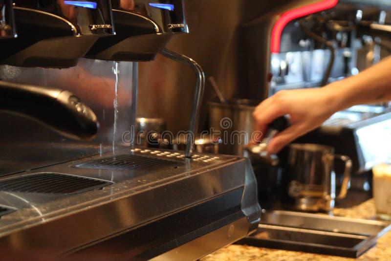 Barista que hace el café o el café express de alta calidad fotografía de archivo libre de regalías