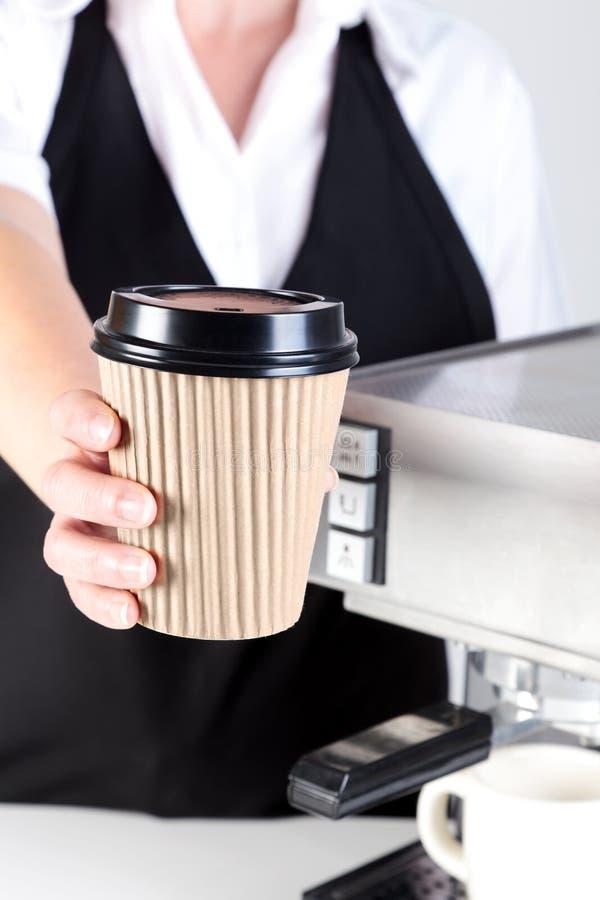 Barista que le da un café imagen de archivo