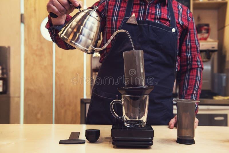Barista que prepara el café de los aeropress imágenes de archivo libres de regalías