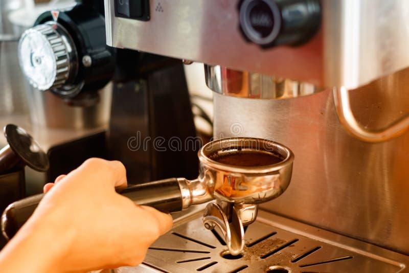 Barista que prepara el café en un café imagen de archivo libre de regalías