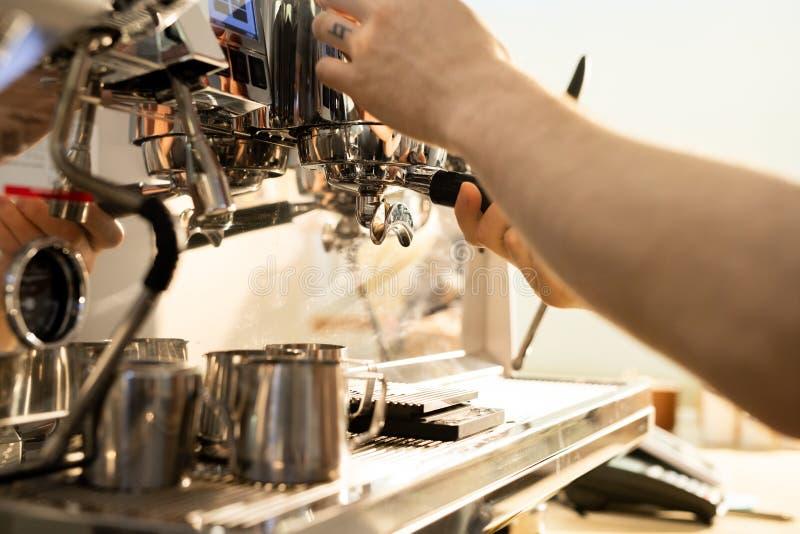 Barista que prepara el café usando la máquina de café express fotografía de archivo