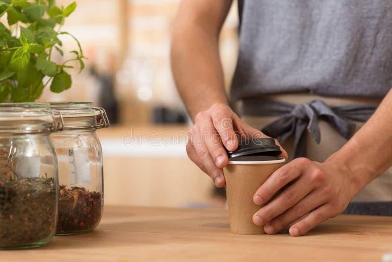 Barista que prepara o café para ir imagem de stock