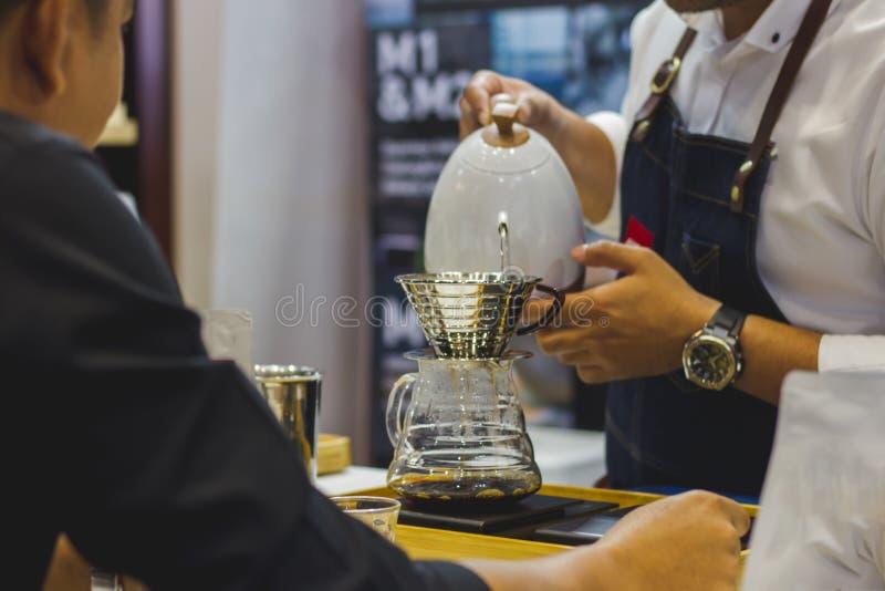 Barista robi kawie Dla klienta w sklepie zdjęcie stock