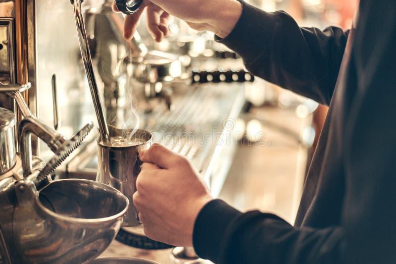 Barista robi kawie espresso z klasyczną Włoską kawową maszyną z kontrparą w tle zdjęcie stock