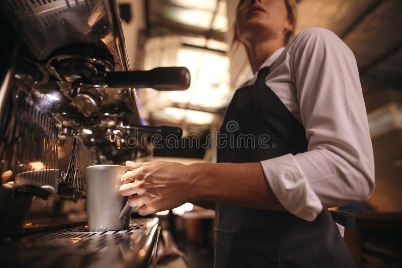 Barista robi kawie na kawowego producenta maszynie zdjęcie royalty free
