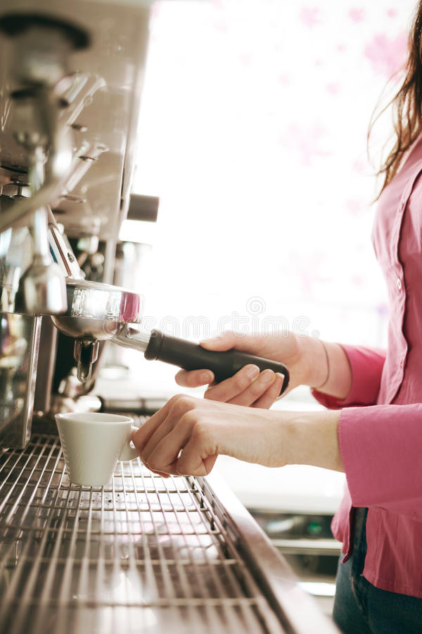 Barista robi kawie z kawową maszyną zdjęcie royalty free