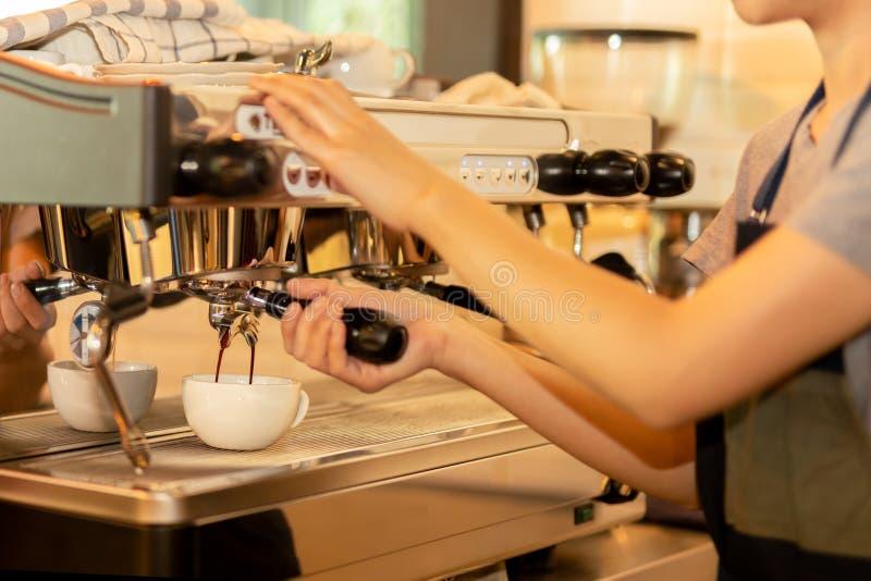 Barista robi ?wie?ej kawie z maszyn? w sklepie z kaw? lub kawiarni zdjęcia stock