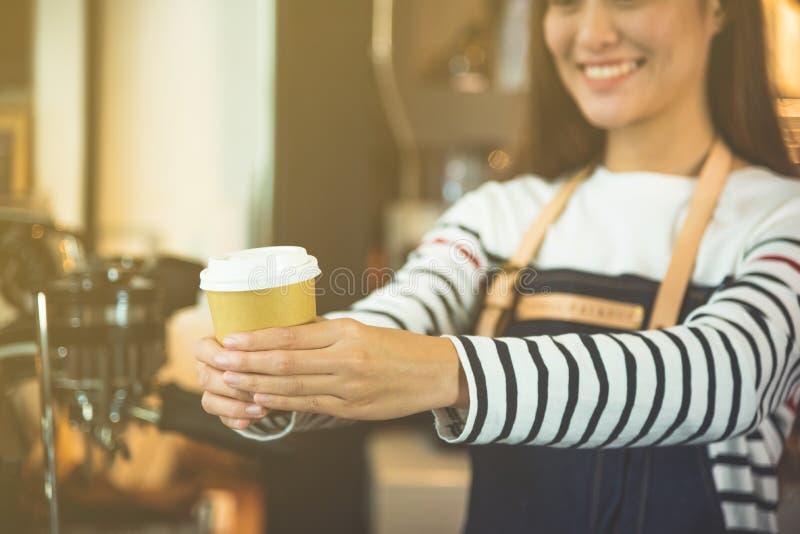 Barista słuzyć filiżankę kawy klient zdjęcia stock