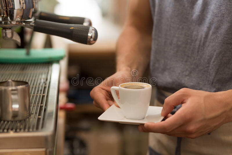 Barista słuzyć małą filiżankę esspresso kawa obrazy stock