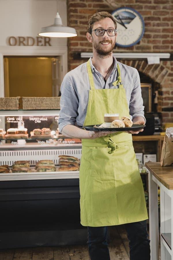 Barista Serving Coffee en Scones stock afbeeldingen