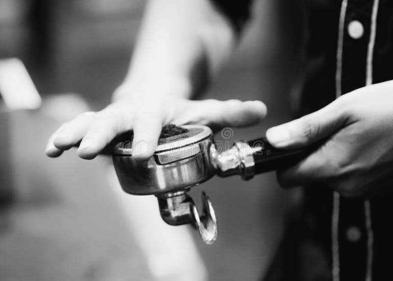 Barista som arbetar i en coffee shop, slut av anv?nda f?r kaffe f?r barista pressar malt, fifflar upp, det Barista Make Coffee Po royaltyfri foto