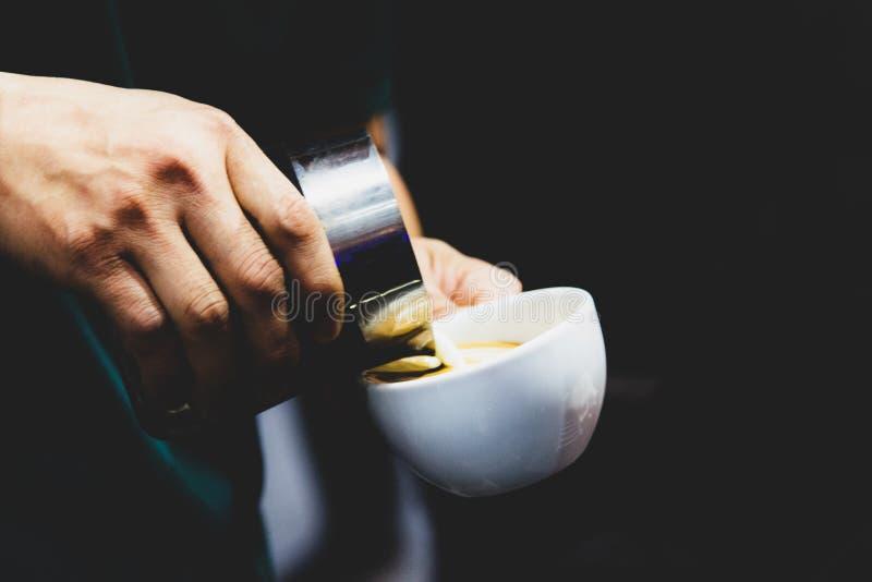 Barista som arbetar i en coffee shop, slut av anv?nda f?r kaffe f?r barista pressar malt, fifflar upp, det Barista Make Coffee Po arkivbild