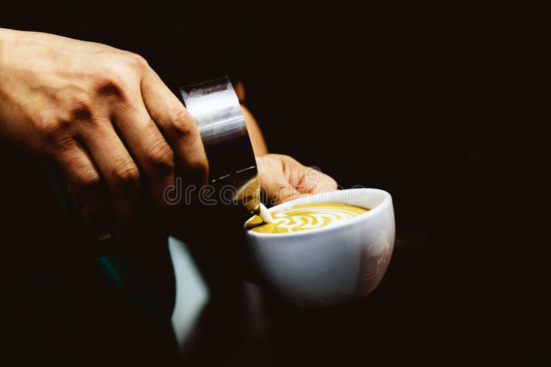 Barista som arbetar i en coffee shop, slut av anv?nda f?r kaffe f?r barista pressar malt, fifflar upp, det Barista Make Coffee Po royaltyfria foton