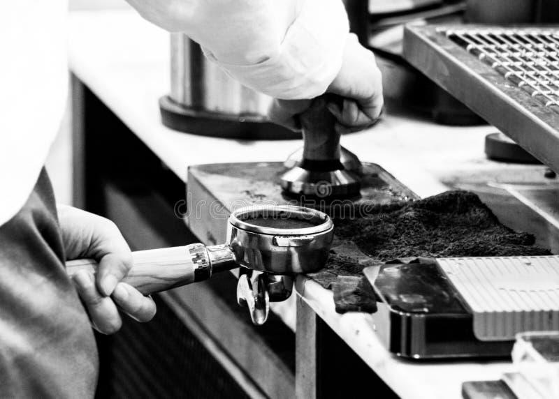Barista som arbetar i en coffee shop, slut av anv?nda f?r kaffe f?r barista pressar malt, fifflar upp, det Barista Make Coffee Po royaltyfria bilder