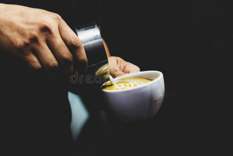 Barista som arbetar i en coffee shop, slut av anv?nda f?r kaffe f?r barista pressar malt, fifflar upp, det Barista Make Coffee Po fotografering för bildbyråer