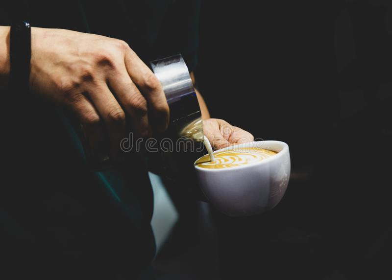 Barista som arbetar i en coffee shop, slut av anv?nda f?r kaffe f?r barista pressar malt, fifflar upp, det Barista Make Coffee Po arkivfoto