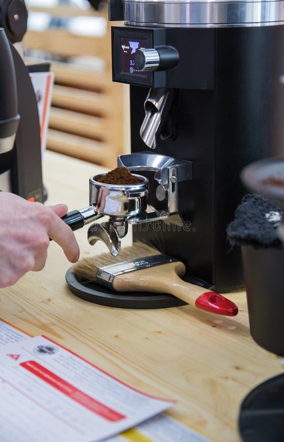 Barista som gör kaffe i kaffemaskin arkivfoto