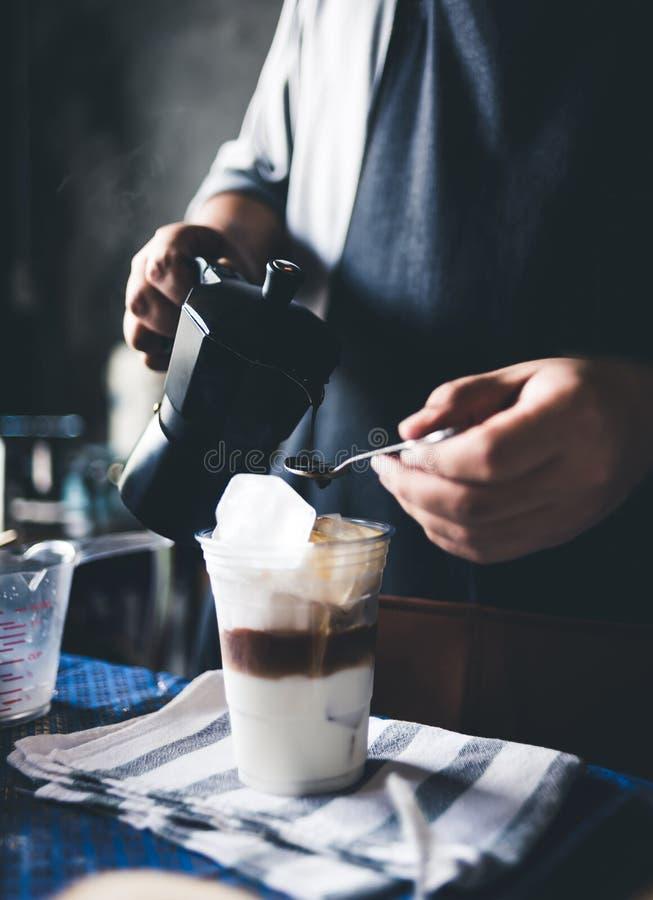 Barista som gör med is kaffe royaltyfri fotografi