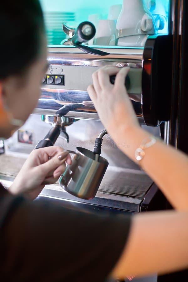 Barista sul lavoro Preparazione del caffè Assista il concetto fotografie stock libere da diritti
