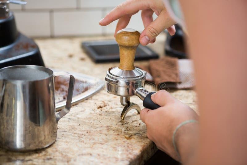Barista Tamping Coffee foto de archivo libre de regalías