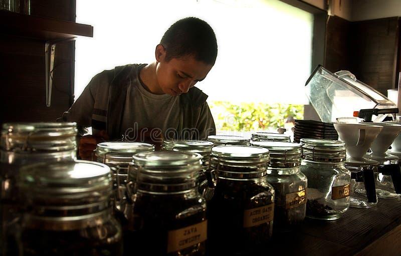 Barista-Umhüllungskaffee stockfoto