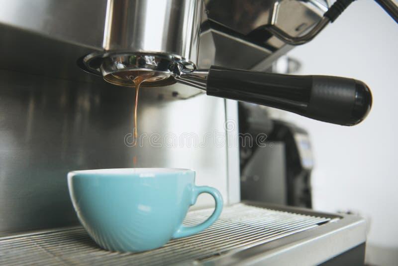 Barista usando la extracción de la cafetera para el café express tiró en café foto de archivo libre de regalías