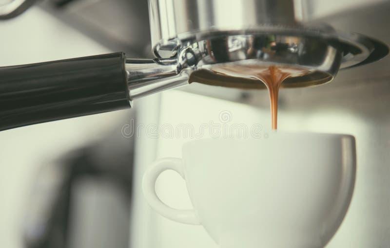 Barista usando la extracción de la cafetera para el café express tiró en café fotografía de archivo