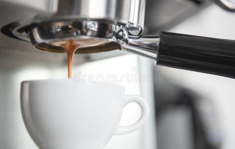 Barista usando la extracción de la cafetera para el café express tiró en café fotos de archivo libres de regalías