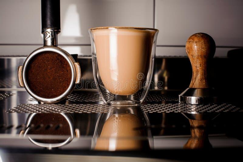 Barista utrustning för framställning av kaffe och av koppen kaffe royaltyfri bild