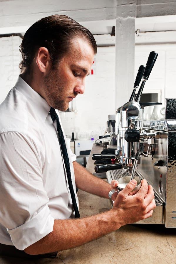 Barista van de koffie op het werk royalty-vrije stock foto's